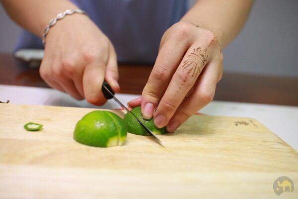 B1: cắt chanh theo miếng cau