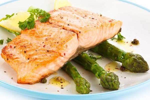 Sau khi chín cá có màu đỏ hồng rất đẹp mắt. Bạn nên dọn nóng để món ăn được ngon miệng hơn.