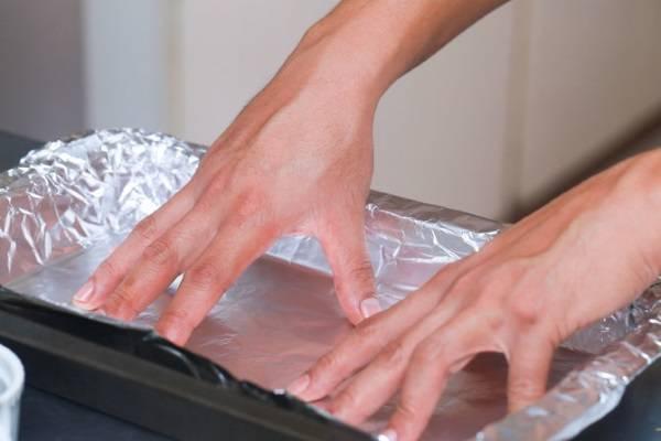 Trải miếng giấy bạc lên khay nướng