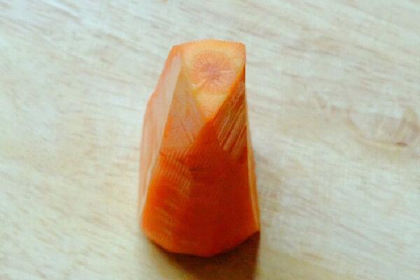 Bào sạch vỏ cà rốt
