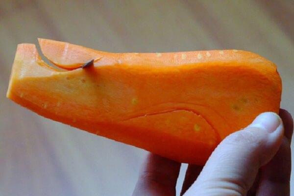 Đặt dao bắt đầu từ phần đầu nhọn, lùi xuống khoảng 6mm