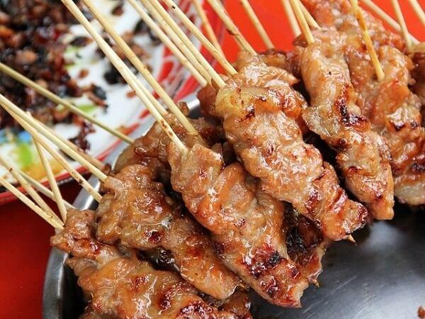 Bán đồ ăn vặt vỉa hè lời cao với thịt xiên nướng