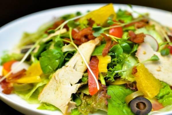 Salad thịt gà và rau củ