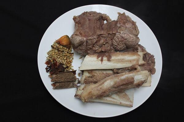 Bạn chọn xương ống để nước canh ngon, và thêm một ít thịt nữa để ăn kèm với khoai tây nhé.