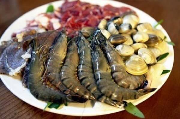 Nấu lầu thập cẩm với thịt bò, mực, tôm