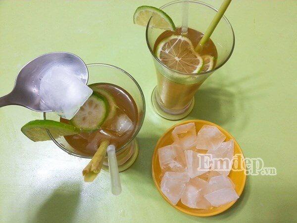 Nước đường sả đã nguội bạn múc ra ly rồi vắt thêm chút nước cốt chanh