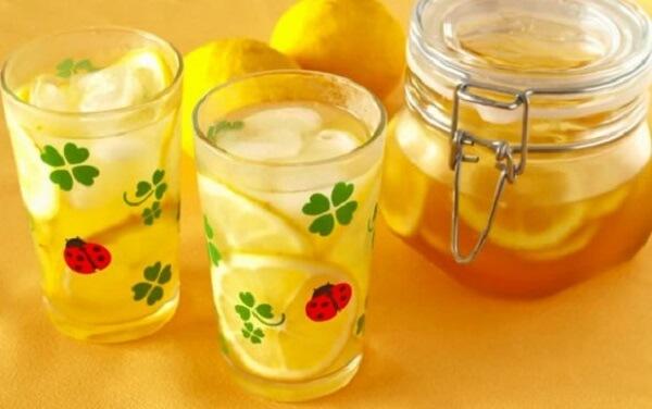 Uống nước chanh vào buổi sáng sớm