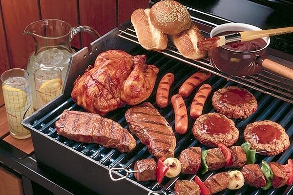 Thịt nướng có thể ăn kèm rau diếp rất thơm ngon.