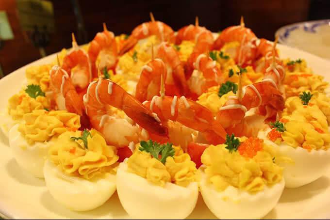 Tôm Cocktail ăn cùng trứng nhồi kiểu Âu