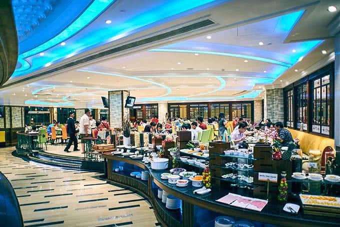 Từng luồng ánh sáng màu xanh biển lung linh hắt lên trên trần nhà khiến nhà hàng dường như chìm trong một vũ khúc êm ái, ngọt ngào