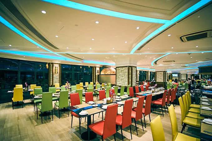 Đôi khi nhà hàng sẽ được tô điểm bằng những sắc màu rực rỡ