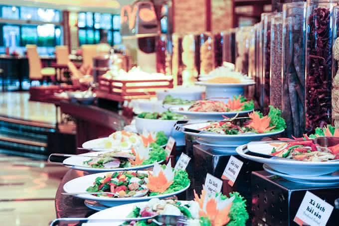 Chiêm ngưỡng quầy salad khai vị của Windsor Buffet