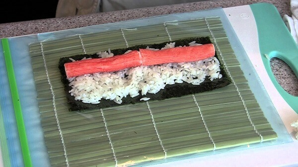 Cuộn thật đều tay và đều thanh trụ sushi nhé bạn.