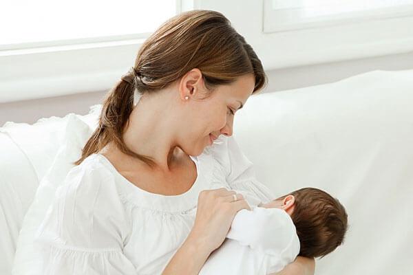 Trẻ ở tuổi ăn dặm vẫn còn bú mẹ