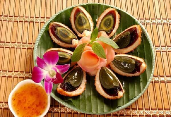 Sự kết hợp giữa chả cá và trứng bắc thảo mang đậm chất Á Đông.