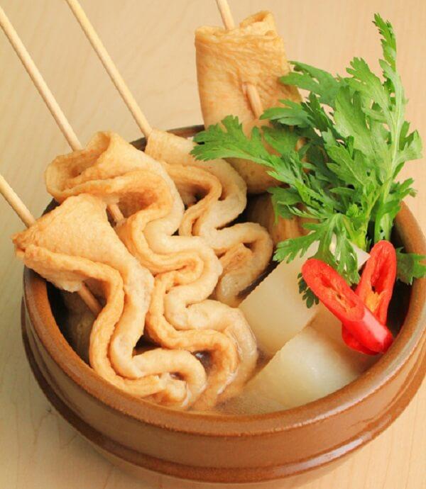 Canh chả cá xiên Hàn Quốc có vị đậm đà, thơm ngon.