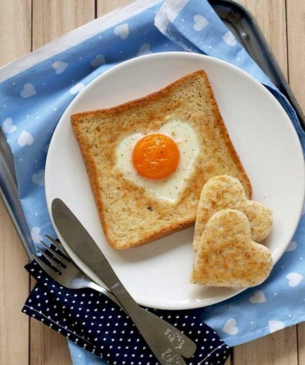 Bánh ăn sáng với bánh mì Sandwich trứng hình trái tim