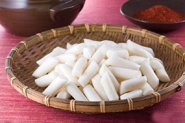 Bánh gạo Hàn Quốc được làm từ những thỏi bánh gạo dẻo