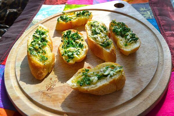 Cách làm bánh mì bơ tỏi bằng lò vi sóng ( không cần lò nướng )