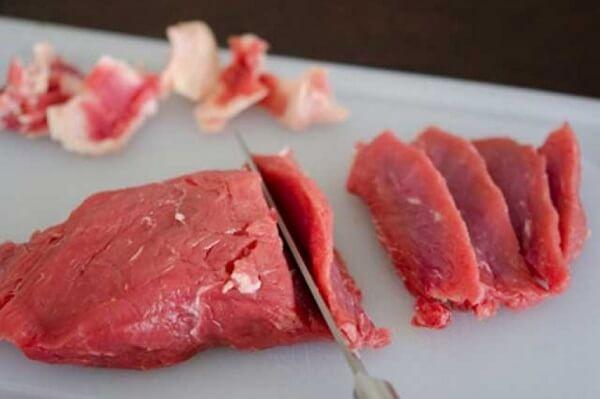 Dùng dao sắc cắt bò thành từng lát mỏng
