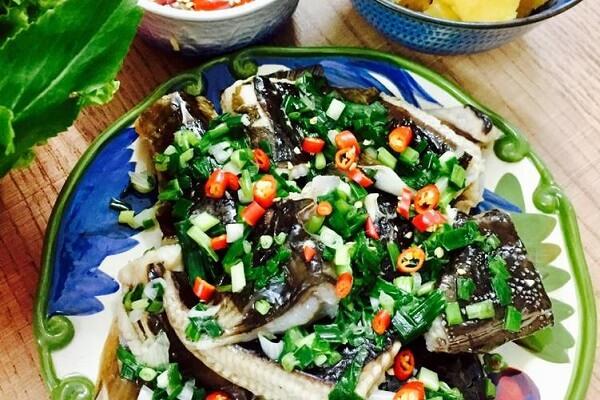 Món cá đuối nướng mỡ hành