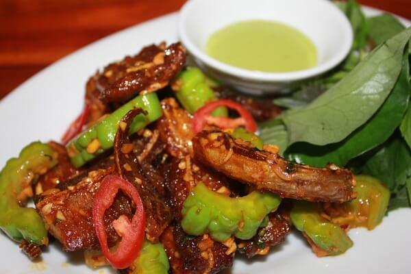 Món ăn sẽ thêm đậm đà hơn khi được dùng kèm với muối ớt chanh.
