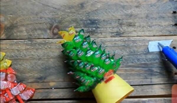 Bắt đầu dán kẹo oishi lên thân của cây phát tài