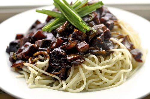 Mỳ đen là một món ăn đặc trưng của xứ sở kim chi.