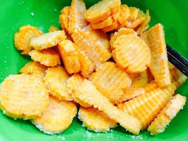 Trộn đều đường với cà rốt theo tỉ lệ trong phần nguyên liệu