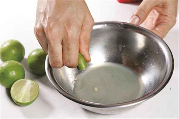 Ngâm khoai lang vào nước cốt chanh