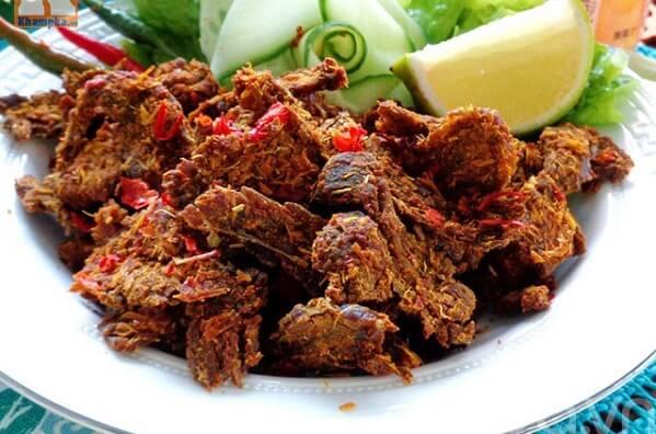 Bò khô sẽ ngon hơn khi chấm với nước chấm tương ớt