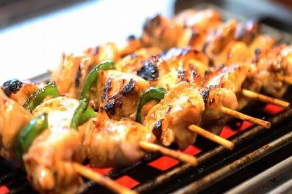 Yakitori là món ăn có thể thưởng thức đa dạng gia vị