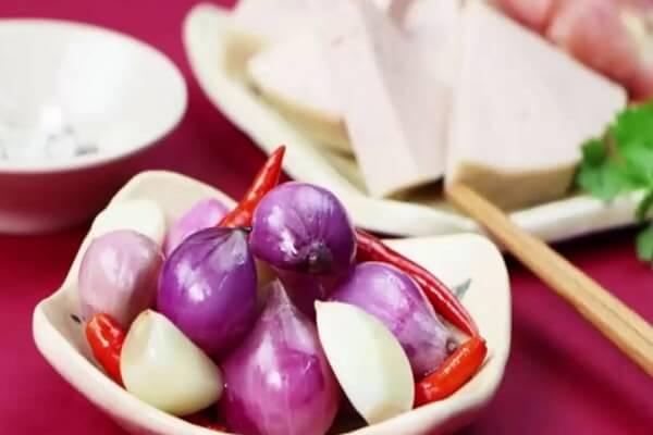 5 cách muối dưa hành ngày Tết ăn liền không bị hăng rất ngon