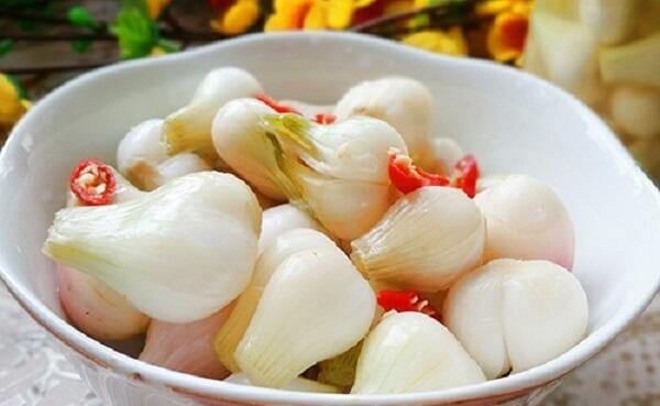 Dưa hành sau khi thấm nước giấm sẽ có độ giòn, vị chua ngọt hài hòa và mùi hăng rất đặc trưng