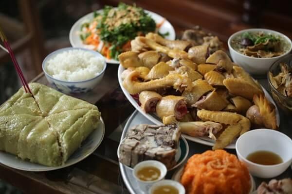 Sau bữa cơm tất niên, mọi người bắt đầu chuẩn bị cúng giao thừa hay còn gọi là lễ trừ tịch.