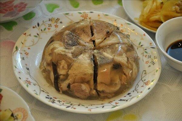 Nguyên liệu nấu thịt đông chủ yếu là từ thịt lợn và đặc biệt là thịt chân giò