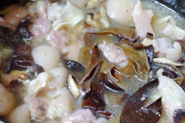 Cho mộc nhĩ và nấm hương đã cắt sợi vào xào cùng