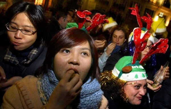 Phong tục tung hứng, ăn 12 quả nho vào 12 tiếng chuông đêm giao thừa của Tây Ban Nha