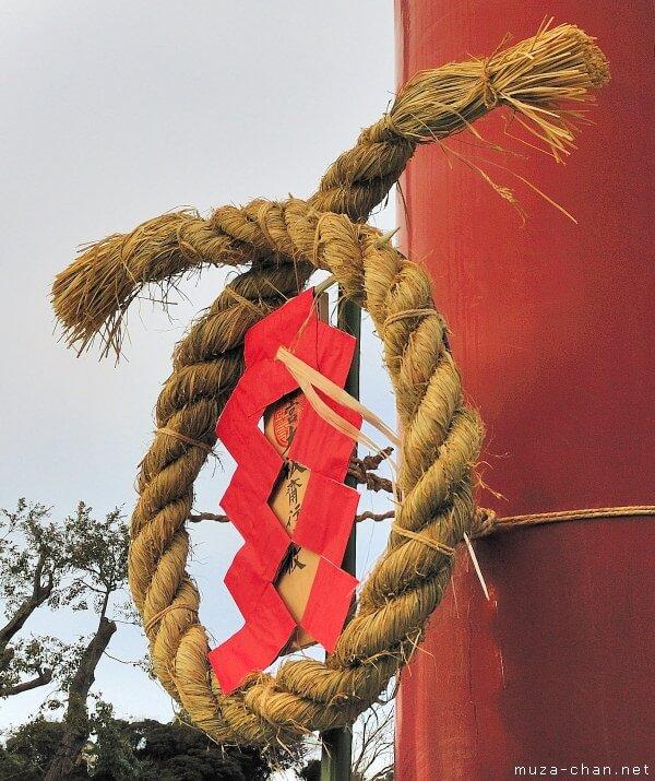 Người Nhật treo một sợi dây thừng bằng rơm trước cửa nhà để xua đuổi những linh hồn quỷ dữ