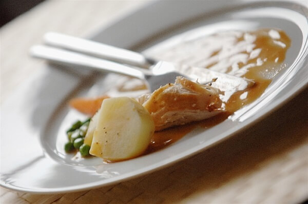 Chừa lại trên dĩa một chút thức ăn như cách cầu chúc cho sự ấm no trong năm mới