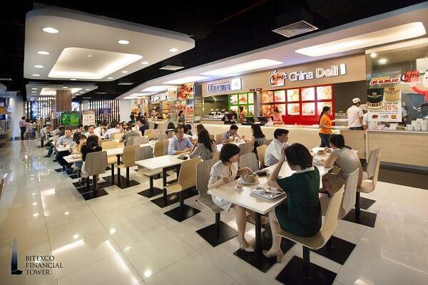 Đi ăn uống ở khu Food court mở xuyên Tết