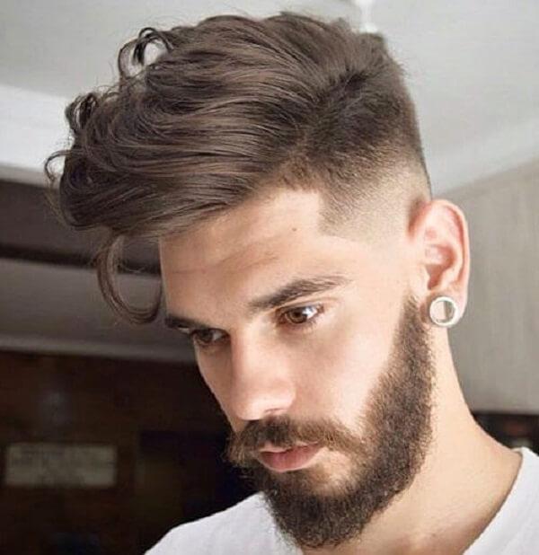 Phần hai bên tóc được cạo vừa phải