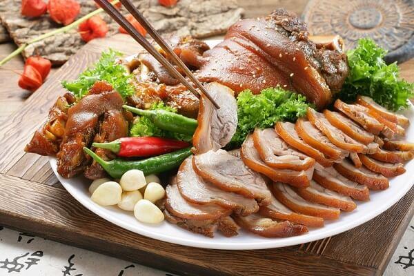 Thịt heo ngâm nước mắm được cắt lát sắp ra dĩa cực hấp dẫn