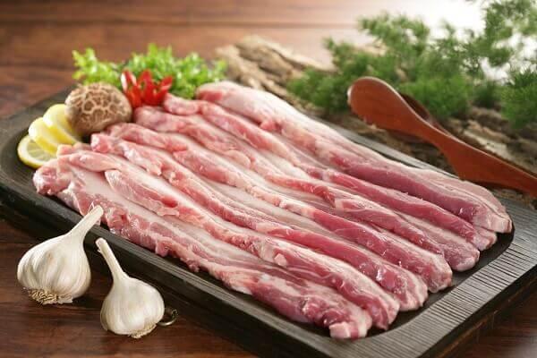 Thịt ba chỉ bạn thái thành miếng dài khoảng 5cm
