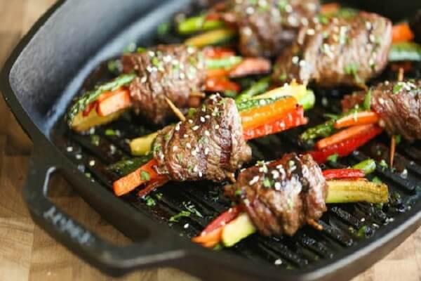Cho thịt lên chảo nướng