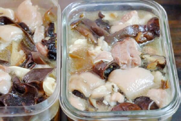 Để cho thịt ngấm gia vị - Cách làm thịt nấu đông theo truyền thống với mộc nhĩ