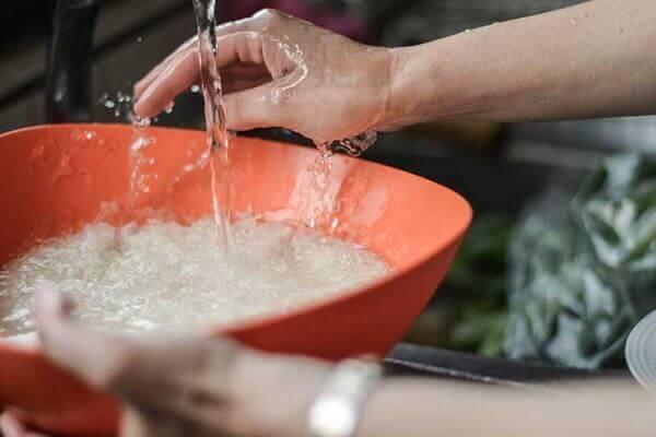 Gạo nếp bạn vo sạch rồi ngâm với một ít nước pha muối