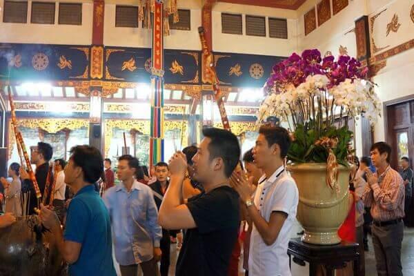 Lễ giao thừa ở nhà xong, người ta kéo nhau đi lễ các đình, chùa