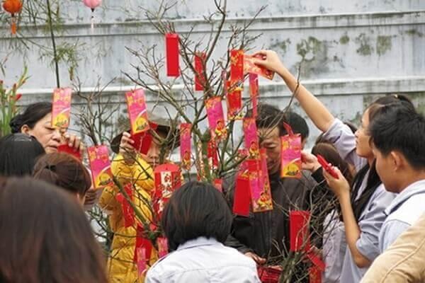 Ði lễ đình, chùa, miếu, điện xong người ta có tục hái trước cửa đình