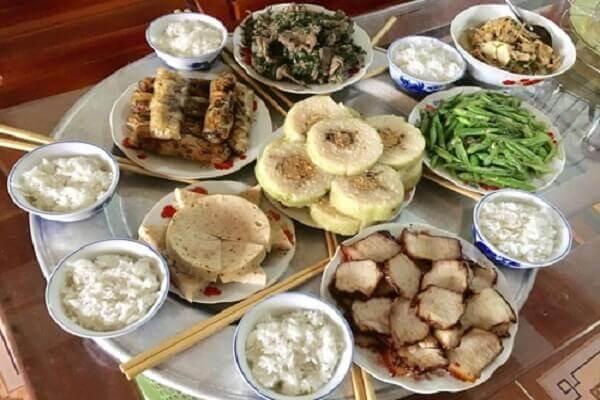 Mâm cơm cúng ngày tết được tổ chức nấu nướng và bày biện khá công phúc.